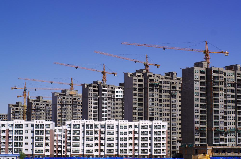 Une des choses les plus saisissante lorsqu'on traverse la Chine c'est la construction, les grues, les pelleteuses et les bétonnières. Il y en a partout. Et il ne font pas dans la demi mesure. Ils construisent les immeubles 6 par 6, en parallèle, et à une vitesse phénoménale. Il semblerait bien que la Chine anticipe une exode rural extrêmement massif pour les mois ou années à venir...