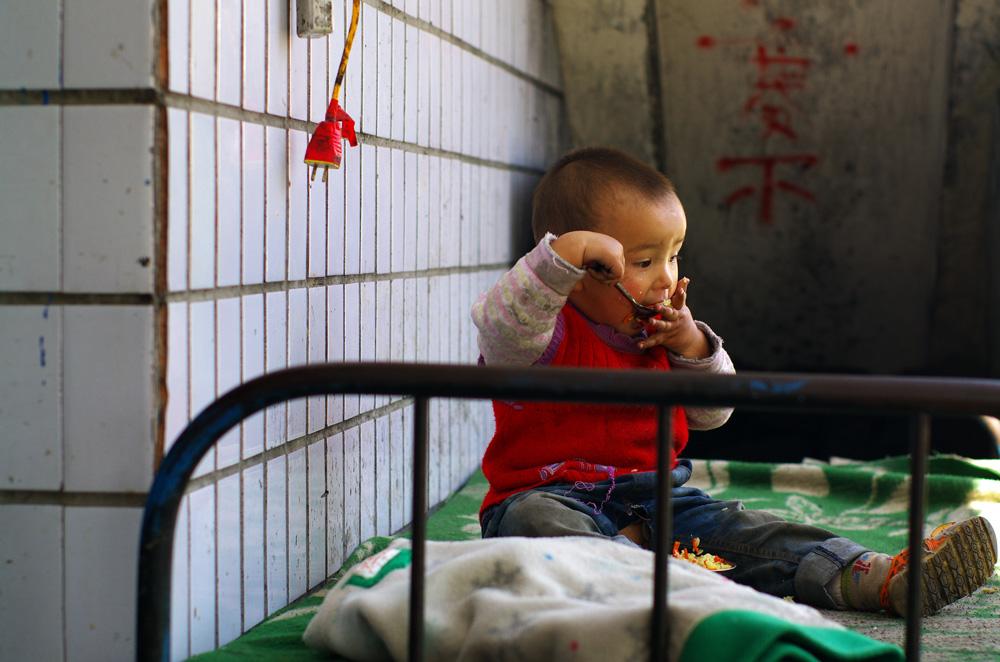 Comme dans les pays que nous visitions précédemment en Asie du Sud-Est les enfants sont souvent contraints de se débrouiller par eux même ! Mais cela est tout naturel et ils s'en sortent à peu près bien. Oui la nourriture n'ira pas entièrement dans son estomac mais aussi sur le lit, et les conditions d'hygiènes ne sont pas vraiment respectées... Mais a-t-il l'air malheureux ? Pas vraiment.