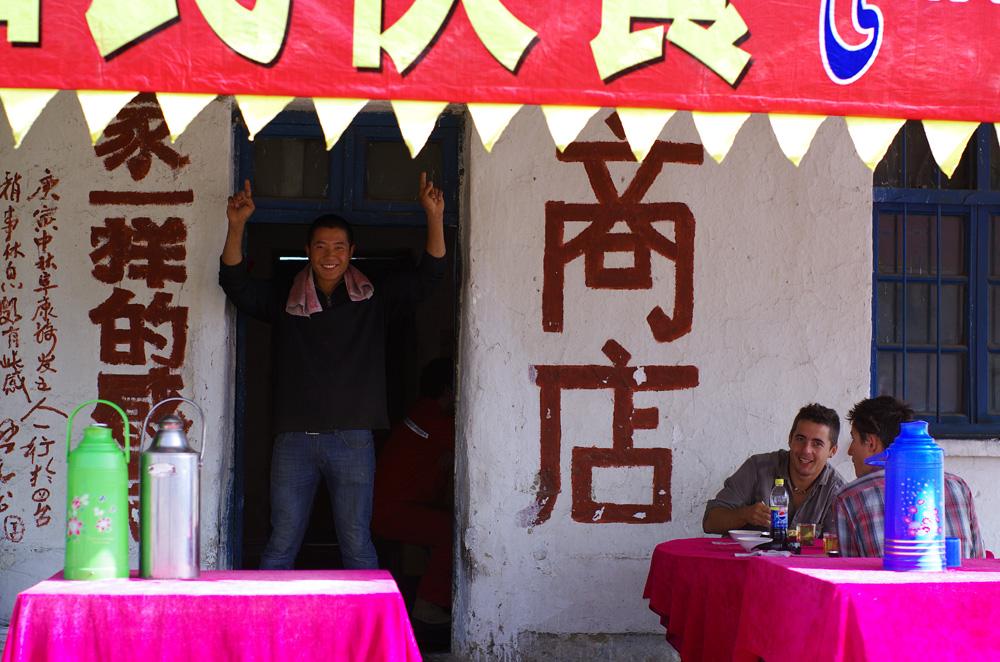 Une pause bien méritée chez cet homme enjoué dans l'ascension pour traverser la chaîne de montagne des Monts Tian.