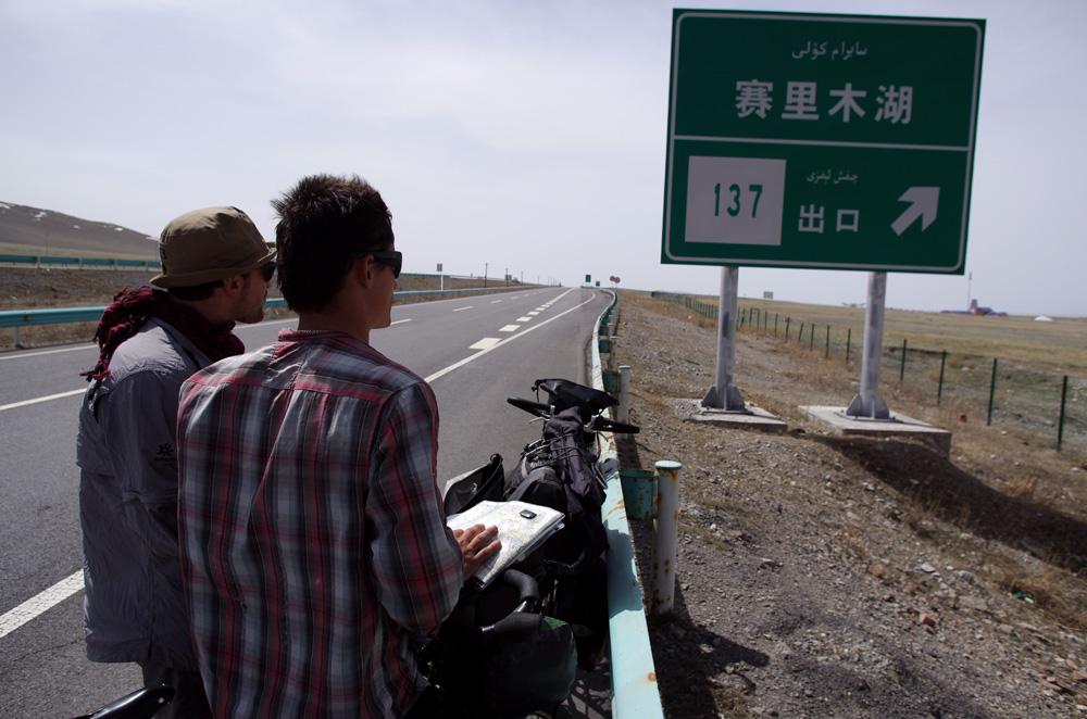Après plus d'un mois en Chine nous ne comprenons toujours rien aux caractères chinois mais nous arrivons plus facilement à reconnaître les signes sur notre carte. C'est déjà ça :) Et ici, les panneaux sont en deux langues : mandarin et arabe, car les gens parlent un dérivé du turc, l'ouïghour.