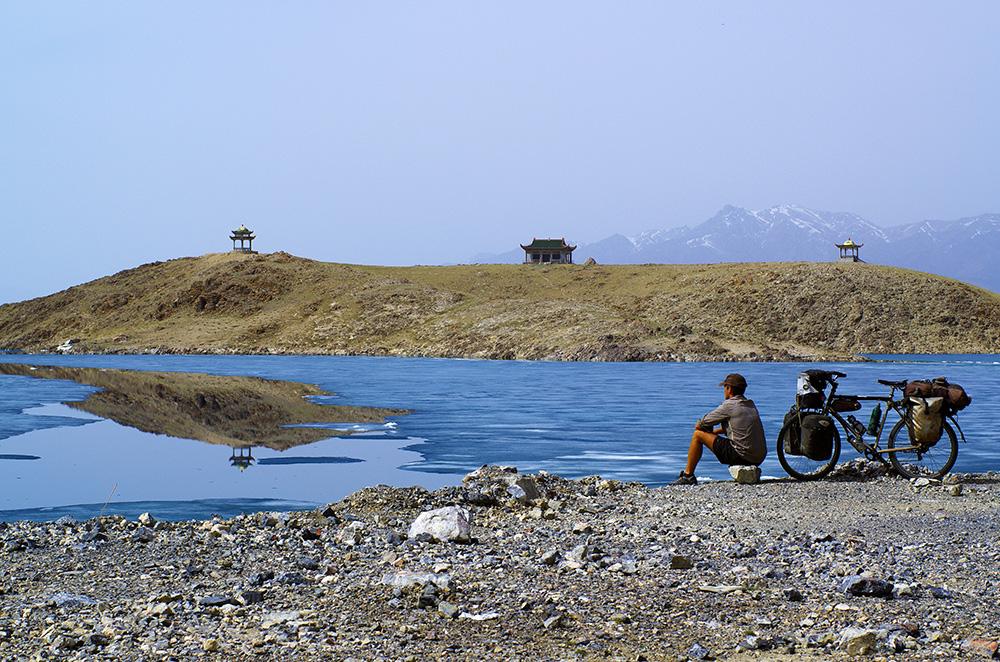 Notre dernière journée en Chine est exceptionnelle. Nous grimpons jusqu'au Lac Sayram, situé à 2074m d'altitude, au coeurs des Monts Tian. Cette chaîne de montagnes est le cinquième relief du monde après l'Himalaya, les Andes, les Rocheuses et le Pamir situé un peu plus au sud. Le lac est encore partiellement gelé. Les reflets de la glace, la transparence de l'eau et cette petite île emprisonnée dans ce décor de blanc, de bleu et de vert nous laissent muets. Nous restons là une bonne demi-heure, faisons quelques images et exprimons notre bonheur d'être là, à cet instant. Le bonheur simple de partager cette vue, cette ambiance et ce silence entre amis.
