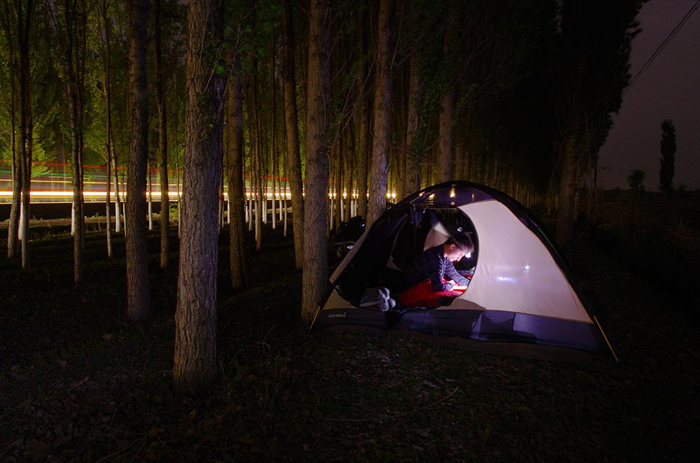 Nous passons notre dernière nuit en Chine ici. La tente installée à une quarantaine de mètre de la route principale, dans l'ombre des arbres et à l'abri du vent. C'est un moment de la journée très important pour l'équipe. Même si nous partageons la tente nous pouvons nous isoler dans nos lectures et dans notre musique. Demain sera un autre jour, un autre pays, un autre monde...