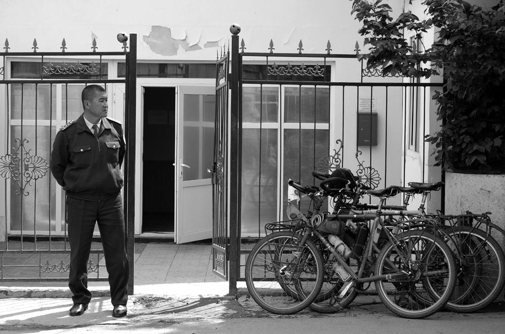 Consulat général du Tadjikistan à Almaty. Le tout pour illustrer de longs jours d'attente face aux procédures administratives à n'en plus finir, surtout pour le visa de l'Ouzbékistan. Les tadjiks ont été sympas et nous ont fait le visa en 24h ! Notre budget prend un petite claque au passage...