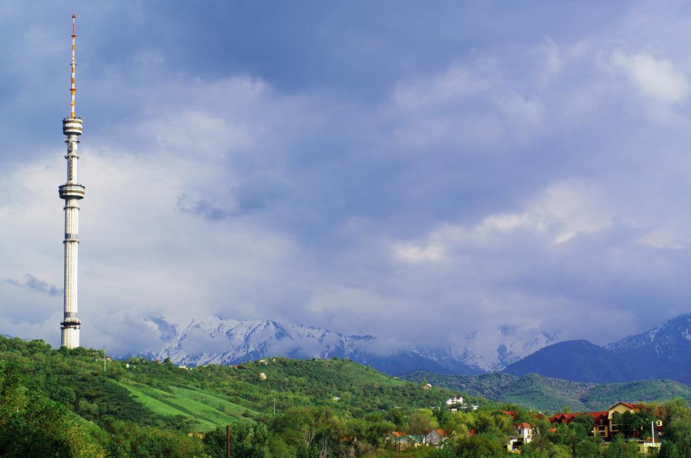 Lors de notre séjour à Almaty, Taz, un de nos hôtes, n'a cessé de vouloir nous emmener crapahuter dans les montagnes situées à l'aplomb de la ville. Stressés par nos complications avec la bureaucratie et un peu fatigué de grimper et de suer, nous avons eu la chance de pouvoir compter sur une mauvaise météo pour justifier notre refus de partir dans les montagnes. Nous savons bien qu'il y avait de superbes randonnées à faire dans cette région mais il est parfois difficile pour les gens de comprendre notre besoin de REPOS, de civilisation, de sorties, de discussions autour d'une bière, d'interactions avec des personnes parlant français ou anglais.