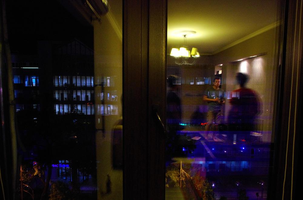 Cette photo illustre bien la majorité de nos soirées dans la capitale du Kazakhstan. Après une journée dans les consulats, ou devant nos écrans d'ordinateurs, nous passons la soirée avec Yannick. C'est le petit ami de Véro que nous avons rencontré en Patagonie il y a de cela 2 ans. Il nous héberge chez lui tandis que Véro habite à Douchambé, Tadjikistan. Nous apprenons à mieux connaître cette pers...See More