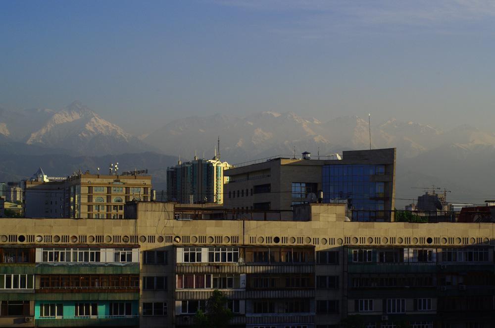 Almaty n'est pas une ville de charme. L'architecture y est rustique, le gris prédomine et les petites fenêtres donnent une allure de prison à certains de ses bâtiments. Si ce n'est pas pour des raisons financières, la ville peut vous attirer pour l'environnement dans lequel elle est implantée. Les amateurs de montagnes tomberont sous le charme en oubliant rapidement les rues tristes et impersonnelles de la cité.