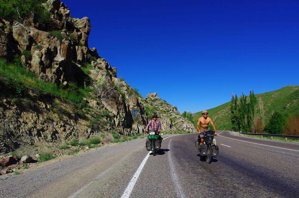 Après avoir parcouru les plaines kazakhes, nous passons par-dessus la chaîne Alatauy pour rejoindre la frontière kirghize, juste de l'autre côté. Ce jour-là, Eole est avec nous et nous offre un fort vent de dos pour nous aider à la tâche.