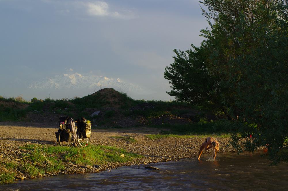 Quand nous avons une rivière pour nous laver plutôt que nos gourdes de vélo, nous sommes heureux. Quand, en plus, nous avons un coucher de soleil sur des montagnes à plus de 4000m en fond, nous sommes au paradis !