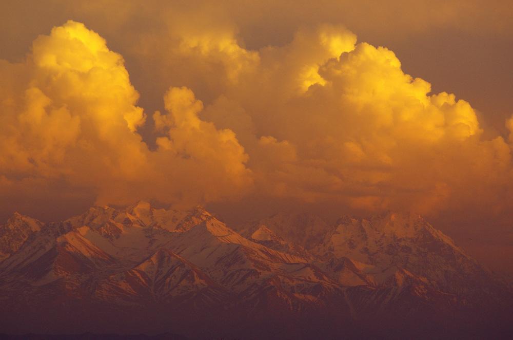 Les montagnes s'embrasent sous les couleurs chaudes du dernier coucher de soleil kazakh. Derrière la chaîne des Ala-Toosu se cachent encore bien d'autres cols à atteindre. Les terres kirghizes nous réservent des embûches que nous préférons ne pas connaître avant de nous y aventurer…