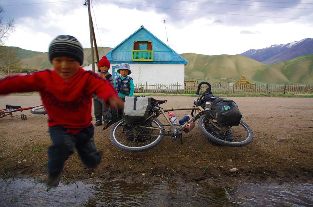 Les enfants sont naturellement attirés par les étrangers et curieux de nos vélos. C'est dans ces situations là que nous n'échangerions nos vélos contre rien au monde. Ces gosses ont clairement l'air heureux dans ces milieux reculés. Pourtant nous supposons qu'ils ne possèdent aucune console ou gadget dernier cri, vêtus de simples habits les protégeant du froid et non de grande marque.