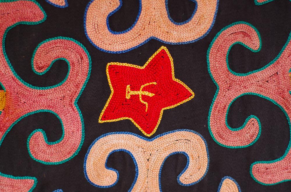 Comme un héritage de l'URSS, il reste de nombreuses traces du passé des russes en Asie centrale, à commencer par la langue. Les frontières un peu biscornues de ces pays, dont le Kirghizstan fait partie, ont été tracées par Staline entre 1924 et 1936 pour fragmenter la population et noyer les séparatismes. Aujourd'hui, ces frontières sont toujours là et laissent parfois place à des affrontements, comme en 2010 à Osh où kirghizes et ouzbeks s'affrontèrent, faisant 230 morts.