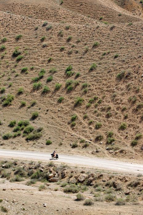 Nous descendons en altitude. La végétation s'assèche et la chaleur fait son grand retour. A part la piste un peu difficile, ce nouvel itinéraire nous enchante.