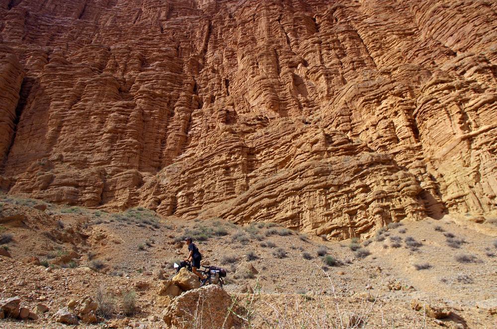 Nous nous enfonçons dans la gorge que constitue cette vallée et les parois des montagnes ont des allures de film de science-fiction. L'arche perdue d'Indiana Jones aurait été tourné ici que nous n'en aurions pas été étonnés !