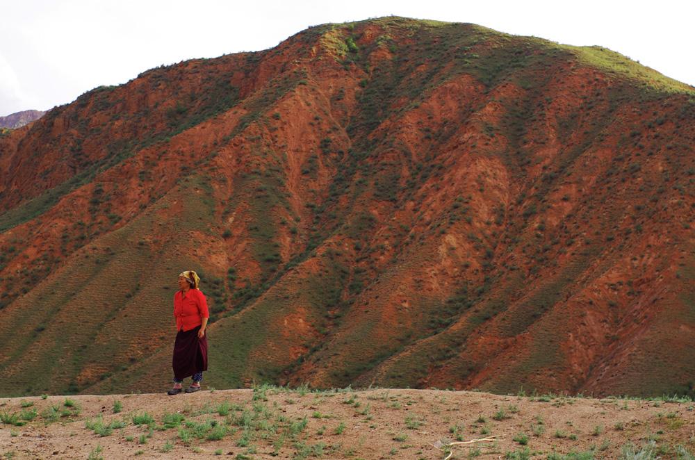Nous cherchons notre chemin et tentons de comprendre par quelle montagne, quel col, quelle piste nous devons passer. Cette dame apparait au milieu de nulle part et nous en profitons pour lui demander quelques informations et nous rassurer de notre avancée à l'estime mais, en kirghize, cela reste difficile ! Une bonne rigolade aussi parfois.