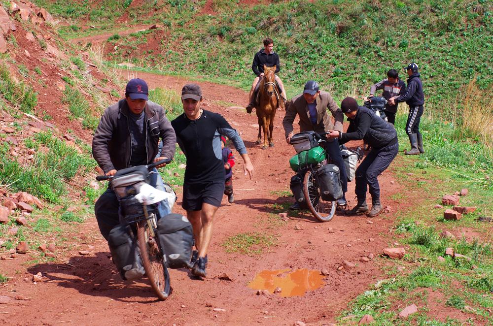 Une fois que le soleil refait surface, nous troquons nos vélos contre leurs chevaux et passons une bonne demi-heure à rigoler, lorsqu'ils essaient de manœuvrer nos montures d'acier. Ils sont déterminés à réussir et les rires résonnent dans la montagne.
