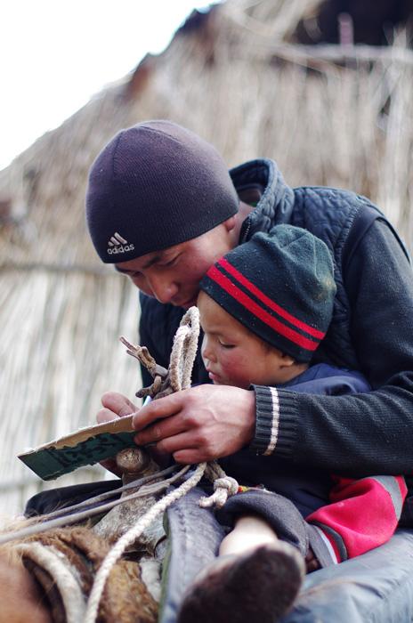Erlan, le papa d'Adil, lui apprend les rudiments pour savoir monter à cheval dès le plus jeune âge. La culture du cheval est omniprésente en Asie centrale : avant que les hommes n'y construisent des routes, on s'y déplaçait à cheval. Et c'est encore un moyen de locomotion très répandu.