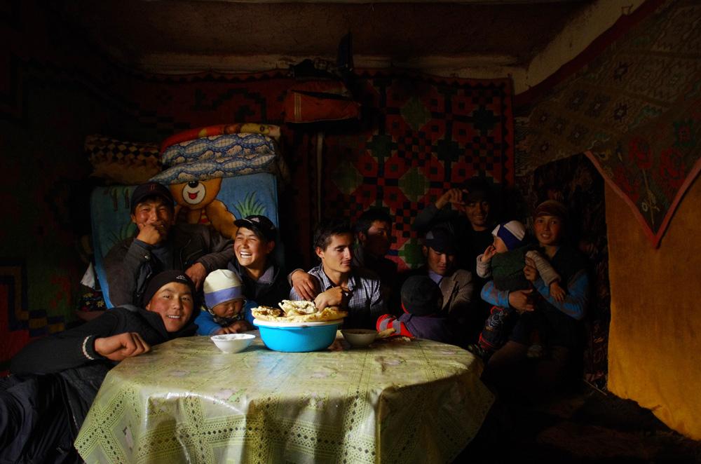 Un cliché qui traduit la bonne ambiance qui règne dans la maisonnette d'Erlan et Pelizat qu'ils ont construite de leurs mains. Alors que certains s'apprêtent à sourire pour notre traditionnelle photo avec nos hôtes, d'autres rient ou s'amusent avec les enfants.