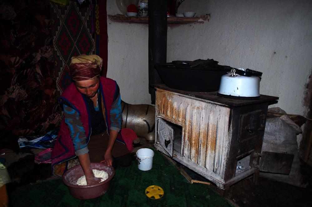 Pelizat en action à pétrir le pain. Nous avons rarement mangé un pain aussi bon, même en France ! Les kirghizes n'ont donc rien à envier à nos meilleurs baguettes, bannettes ou autres pains de campagne. Cette denrée fait parti de leur alimentation de base, et surtout dans ces fermes plus reculées ! Mais les grands comme les petits en raffolent toujours autant et n'hésitent pas à en grignoter tout au long de la journée.