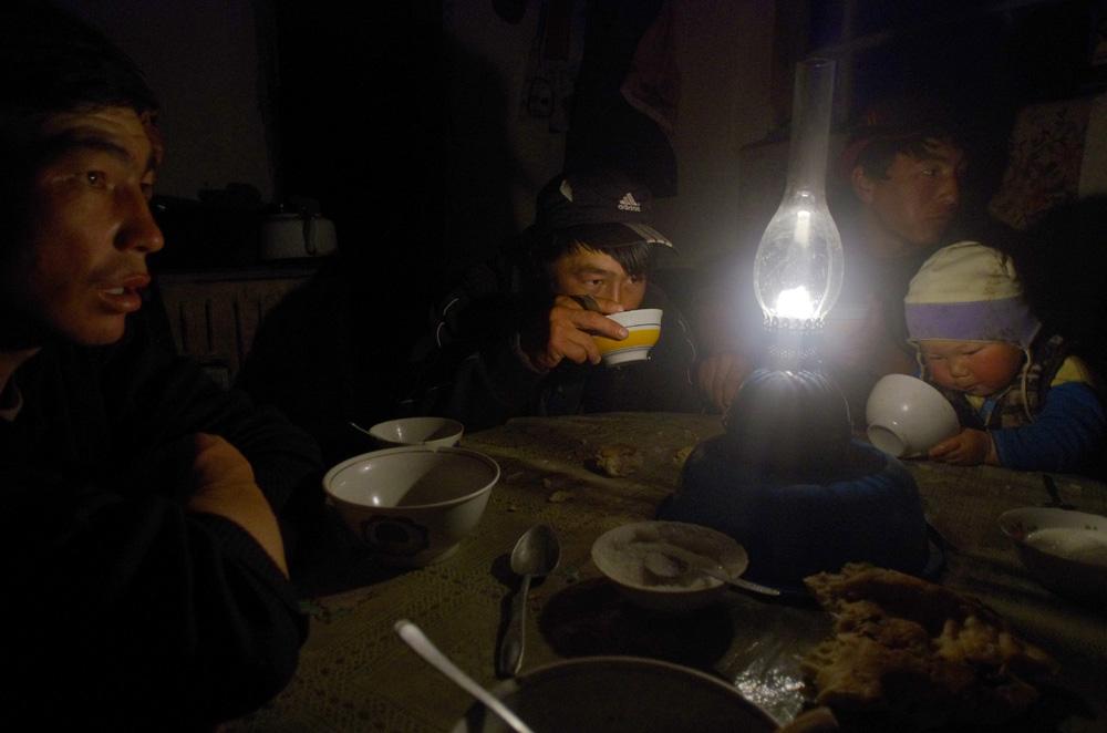 Ambiance chaleureuse. Le bonheur d'être par terre, assis autour de cette table ronde, entourés de ces jeunes bergers est difficile à traduire par des mots. Entre deux cuillerées, nous jouons avec Adil, Ali et Abdul-Aziz âgés de deux et trois ans. Le confort est précaire, ils s'éclairent à la bougie, l'eau est puisée à la rivière et le poêle sert à cuisiner autant qu'à chauffer l'unique pièce. Mais ce foyer respire l'amour, la convivialité, l'hospitalité, la douceur et le bonheur.