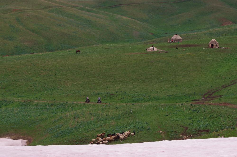 Vers 6h30 ce matin nous accompagnons nos hôtes aux travaux de la ferme, observons Erlan, le mari de Pelizat, extraire la crème ambrée du lait de vache tandis que Talante remplis un seau métallique du liquide blanc si précieux en ces terres. Nous faisons nos adieux, leurs laissons les photos d'eux sur une carte SD et prenons une adresse postale de leur famille à Bishkek, la capitale, pour leur envoyer les photos imprimées.