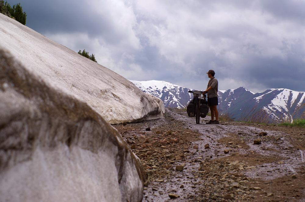 Nous sommes à environ 2400 m d'altitude et la piste est à moitié ensevelie sous la neige. Nous comprenons mieux pourquoi les locaux nous affirmaient que notre plan initial était impossible. Au départ nous pensions passer un col à plus de 3000 m dans ces montagnes...