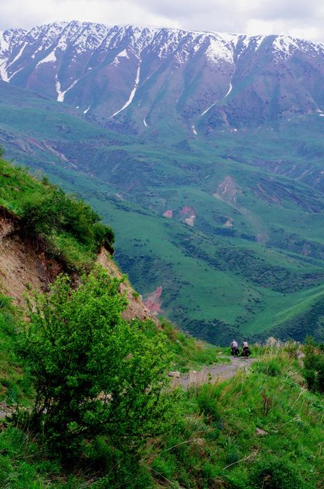 Cela fait plusieurs jours que nous avançons sans savoir combien de kilomètres il nous reste. Dans cette descente le village de Tolouk est visible, en bas dans la vallée et nous savons enfin où nous sommes sur la carte...