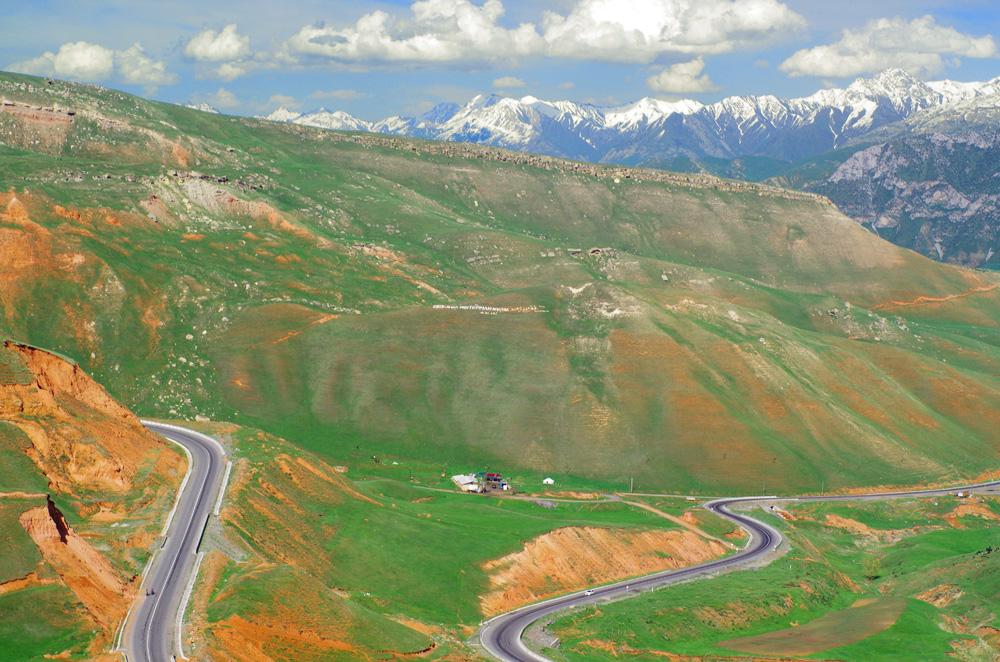 Après nous être réveillés à l'orée d'un champ en dehors de la ville, nous commençons notre ascension tranquillement vers notre premier col à 2339 m. Nous jouissons ensuite de cette descente dans un décor qui invite à la contemplation. Il nous reste 320 km avant le Tadjikistan.