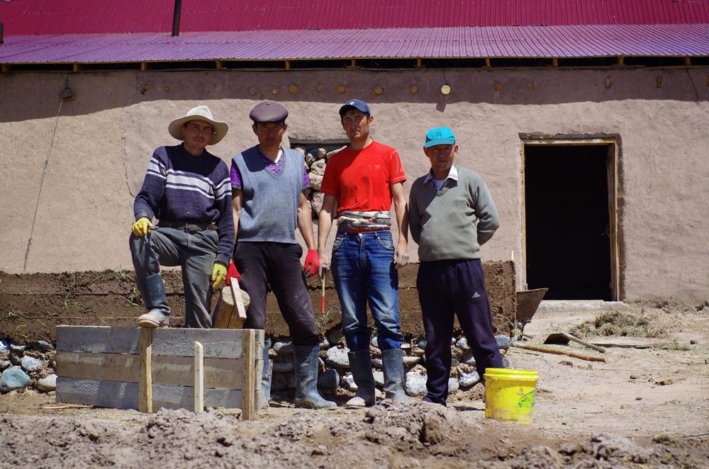 Dans certains pays, les gens font tout pour ne pas se faire photographier. Au Kirghizstan se sont bien souvent les locaux qui viennent nous voir en demandant si l'on peut leur tirer le portrait. L'homme à la casquette bleu ciel, propriétaire des lieux, va même interrompre ses employés en pleine activité pour prendre la pause tous ensemble ! Contrairement à la Chine, où nous étions surpris de voir les femmes travailler avec les hommes sur les chantiers de construction, ici le ciment, la pelle et la truelle c'est une affaire d'hommes.