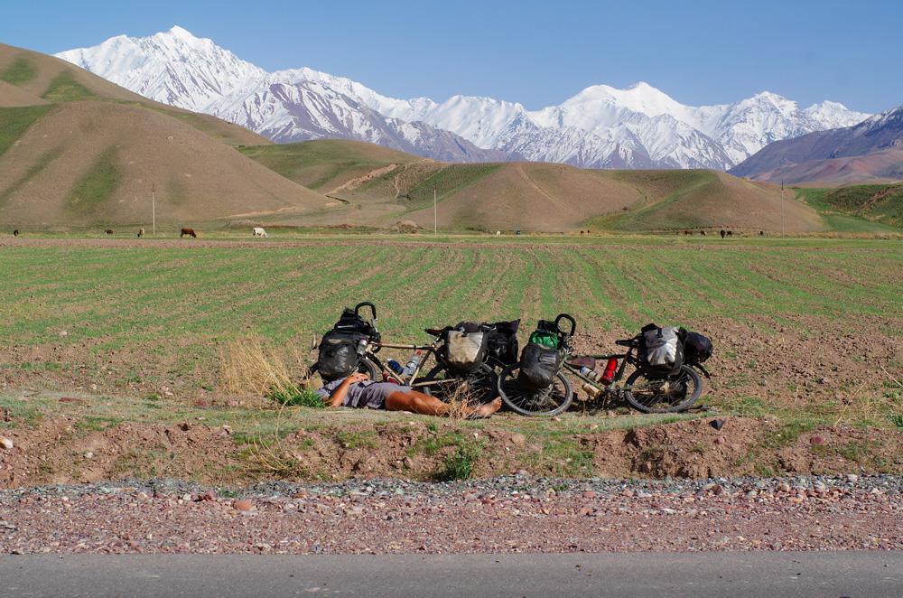 Des nausées et de la fièvre, Siphay a besoin d'un peu de repos. Les derniers kilomètres au Kirghizstan ne sont pas faciles...