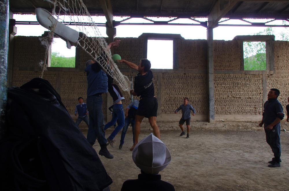 Le Kirghizstan ne veut pas nous laisser partir. Déjà nous devions passer la frontière le jour précédent, ce matin une tempête fait rage. Nous attendons quelques heures qu'elle passe. Durant l'accalmie, nous décollons mais nous voyons une grosse pluie arriver de nouveau. Nous partons trouver refuge dans le village suivant où nous sommes invités à une partie de volley-ball par des jeunes kirghizes.