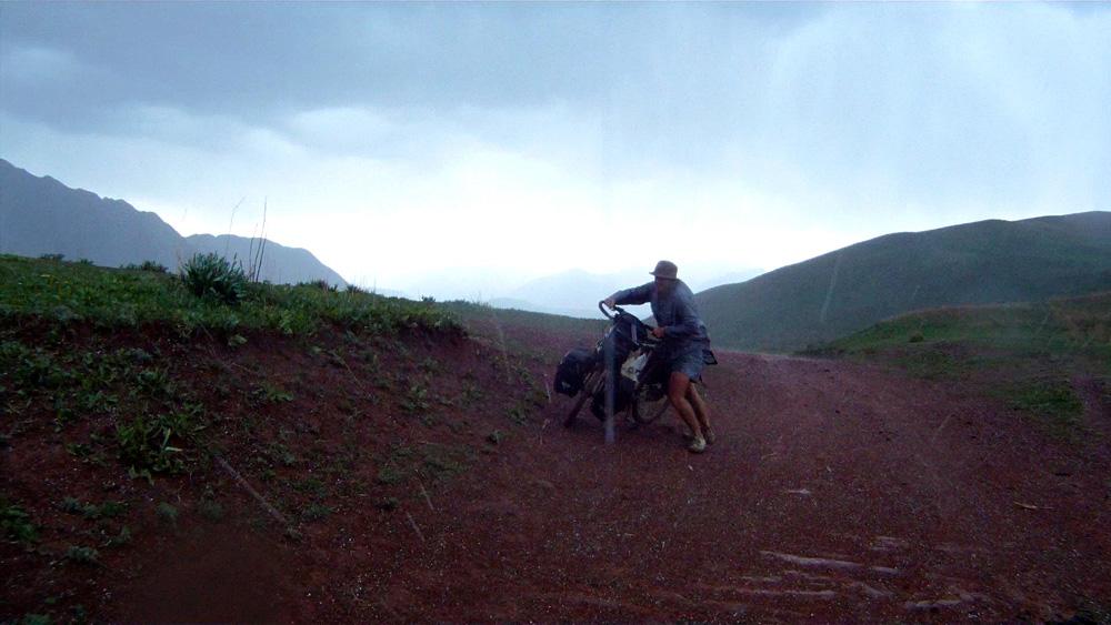 Après une nuit perchés en haut d'une colline sous un ciel étoilé comme seules ces régions isolées savent offrir, loin des lumières artificielles, nous reprenons la route allégés d'1 kg de pâtes et de 3 boîtes de sardines. Nous grimpons plus de 1000 m de dénivelé en 22 km, plus de 3 heures d'effort et sommes accueillis au col par une tempête violente. L'orage gronde, la foudre illumine le ciel sombre et la grêle nous fouette le visage. Après 2 km de descente sous un ciel en colère nous apercevons deux maisons sur notre gauche. Nous n'hésitons pas longtemps et allons à la rencontre de leurs propriétaires pour demander l'abri.