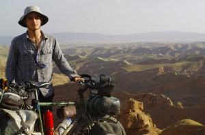 Brian décroche un sourire dans le désert ouzbek