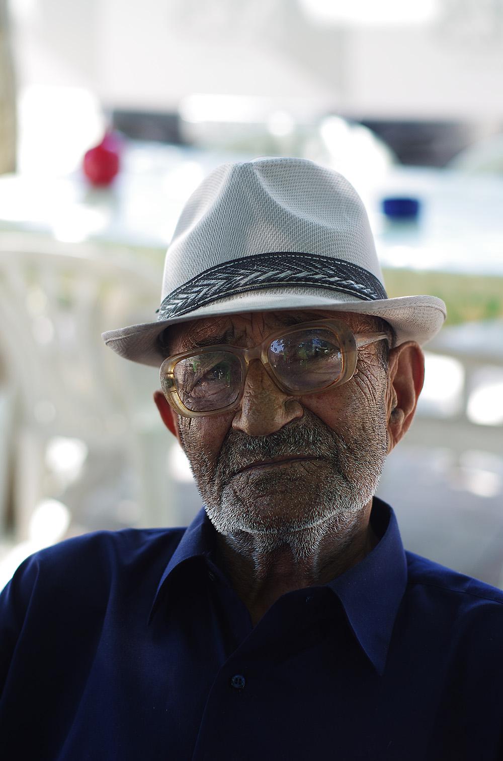 Portrait d'un vieil homme azéri. Nos rencontres avec les locaux, comme en Asie centrale, se font souvent autour d'un thé. Cet homme accepte de prendre la pose pour notre objectif. Il souhaite avoir la photo mais n'a pas d'e-mail ou quelconque support pour la récupérer au format digital. Embarrassé, Brian promet de lui envoyer imprimée une fois rentré en France.
