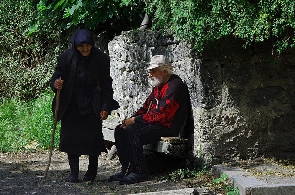 La Géorgie est un des plus vieux pays chrétiens au monde, avec l'Arménie. Il est intéressant de noter que les femmes portent bien souvent un voile sur la tête. C'est l'occasion de rappeler qu'il ne faut pas associer le voile à l'islam. Avant d'être utilisé comme emblème ou comme sujet de discorde, le voile était porté par nos aïeules, nos voisins et nos semblables pour des raisons pratiques, esthétiques et hygiéniques. Loin, semble-t-il, de toutes considérations religieuses.