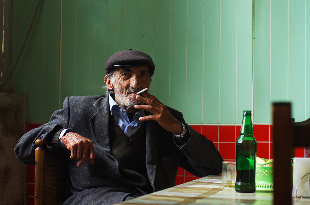 Une bière sur la table, une cigarette au bec et un béret en couvre-chef. Déjà en France ?
