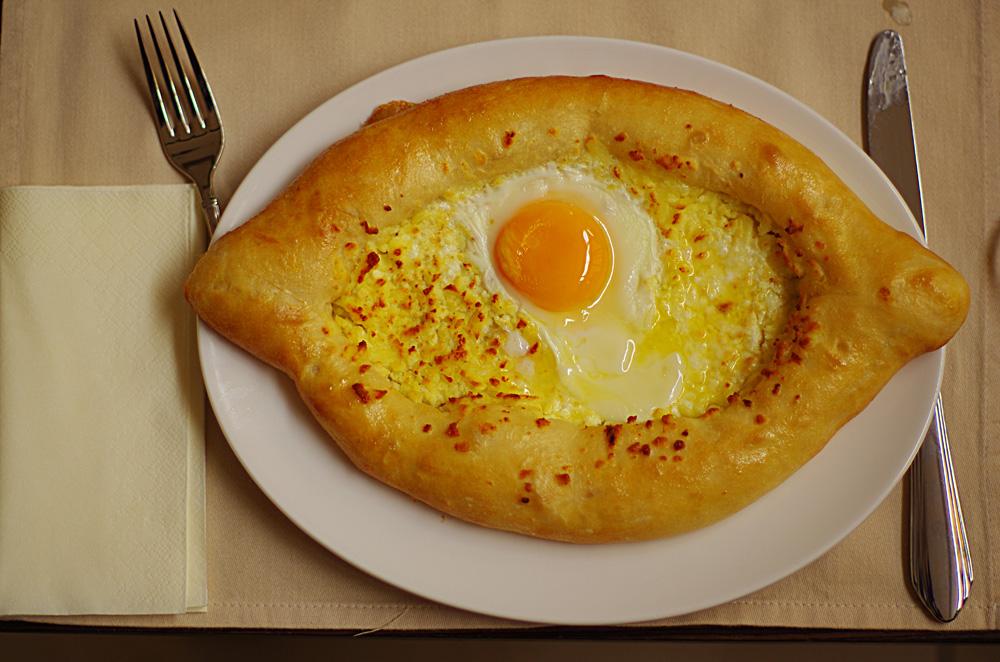 LA spécialité culinaire de Géorgie, le katchapouri. C'est basiquement du fromage sur une pâte à pain. Avec un œuf dessus ou pas, nous nous en offrons pas mal histoire d'être bien lourds dans les descentes. C'est ça qui est bien de faire du sport tous les jours : nous nous fichons pas mal des calories que l'on ingurgite ! Ou plutôt, nous cherchons le maximum de calories par repas