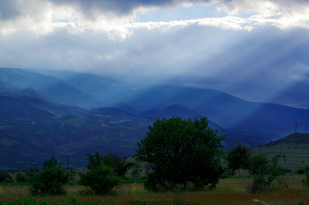 À l'approche de l'été, nous croyons en avoir fini avec le mauvais temps. Erreur. La Géorgie est un pays assez exposé à la pluie et, dans ses montagnes, nous l'avons malheureusement vérifié en essuyant pas mal de gouttes… Il paraît que le mauvais temps permet de faire de belles photos, alors on a essayé.