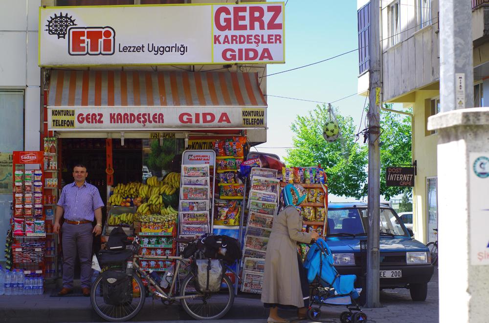 Nous sommes surpris par les prix élevés et retrouvons vite les habitudes laissées en Australie... Pain, bananes, chips, salami et un petit luxe : le Çokokrem. Un nutella local qui rivalise nettement avec son confrère européen par le goût et se rend abordable par le prix.