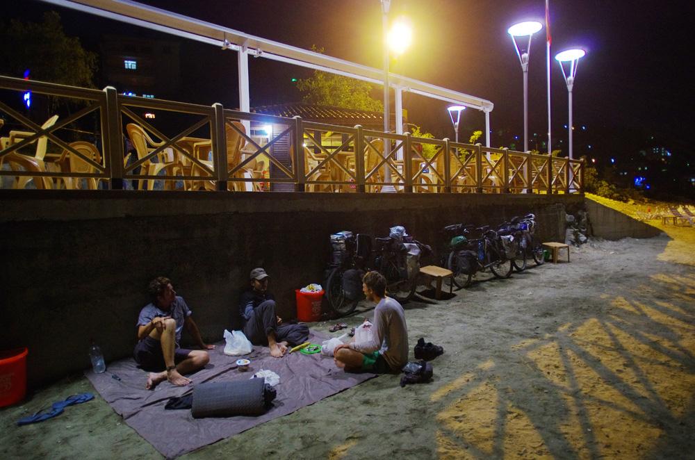 Nos camps du soir se font souvent sur la plage, presque à chaque fois en pleine ville. Les turcs nous disent tous qu'il n'y a aucun risque à camper n'importe où et nous constatons vite que les passants ne prêtent aucune attention à notre bivouac. C'est le luxe pour nous.