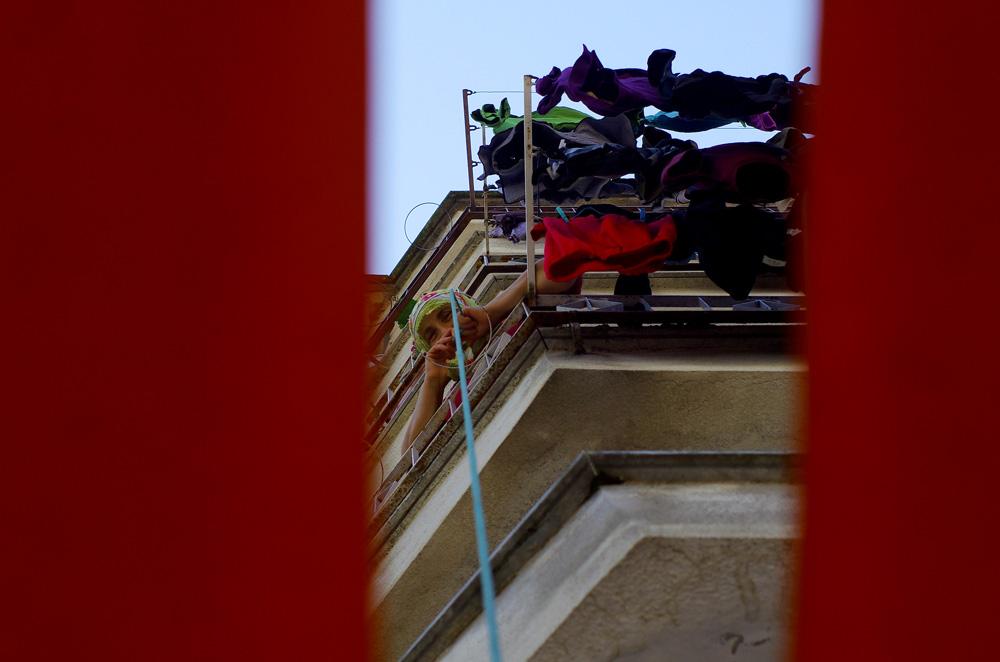 Cette femme fait descendre une corde de son balcon, son épicier lui amarre ses courses et elle remonte son chargement tranquillement. Si la première fois nous étions un peu surpris, nous avons vite pris l'habitude de voir cette scène au fil des villages.