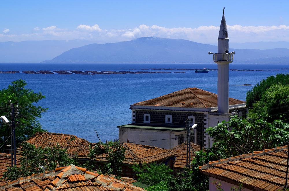 La côte nord de la Turquie le long de la mer noire sera notre fil rouge pendant les trois quarts de notre itinéraire dans ce grand pays enchanté par les mosquées qui jalonnent le chemin.