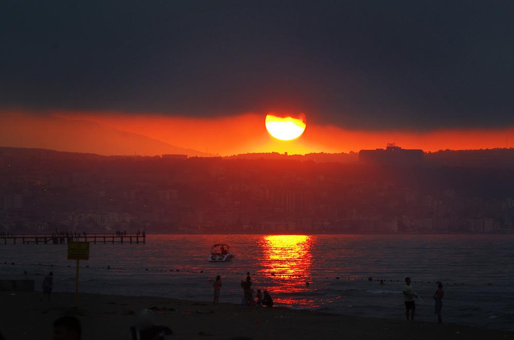 Coucher de soleil à la sortie de la ville de Samsun. C'est l'heure pour nous d'aller dénicher un endroit pour dormir, pas si simple dans une ville de plus de 500 000 habitants.