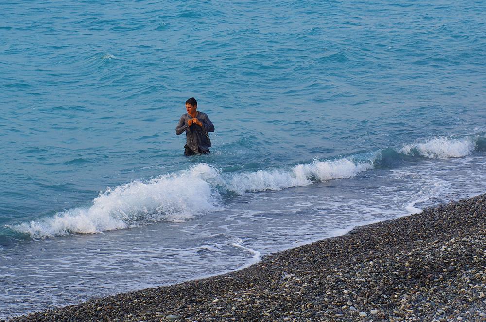 Le bain quotidien dans la mer noire, un moment de grand plaisir après une journée de vélo sous la chaleur du soleil turc. Brian saute habillé pour commencer un rinçage de sueur de ses vêtements.