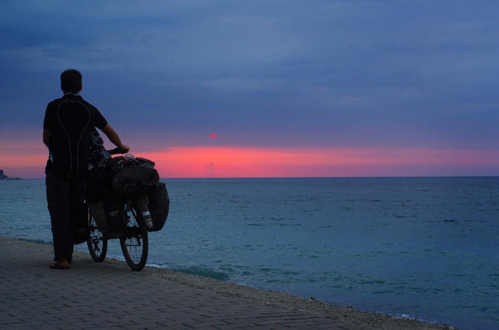 """Morgan : """"Dans notre quête vers l'ouest, nous poursuivons le soleil. Comme s'il voyageait dans le ciel, comme si c'est lui qui fuyait. Il est le plus rapide et chaque soir il nous le rappelle. Et pourtant, dans le référentiel de nos scientifiques, il est bien le centre de notre système solaire. Il est statique tandis que nous avançons à grande vitesse autour de lui. Tout est question de référentiel et ce voyage nous le rappelle tous les jours. Certains cherchent le bonheur au volant d'une belle voiture dernière génération, d'autres le trouvent au bord de la mer noire, poussant un vélo, face au soleil couchant. Personne n'a tord, personne n'a raison. Chacun vit dans son référentiel"""""""