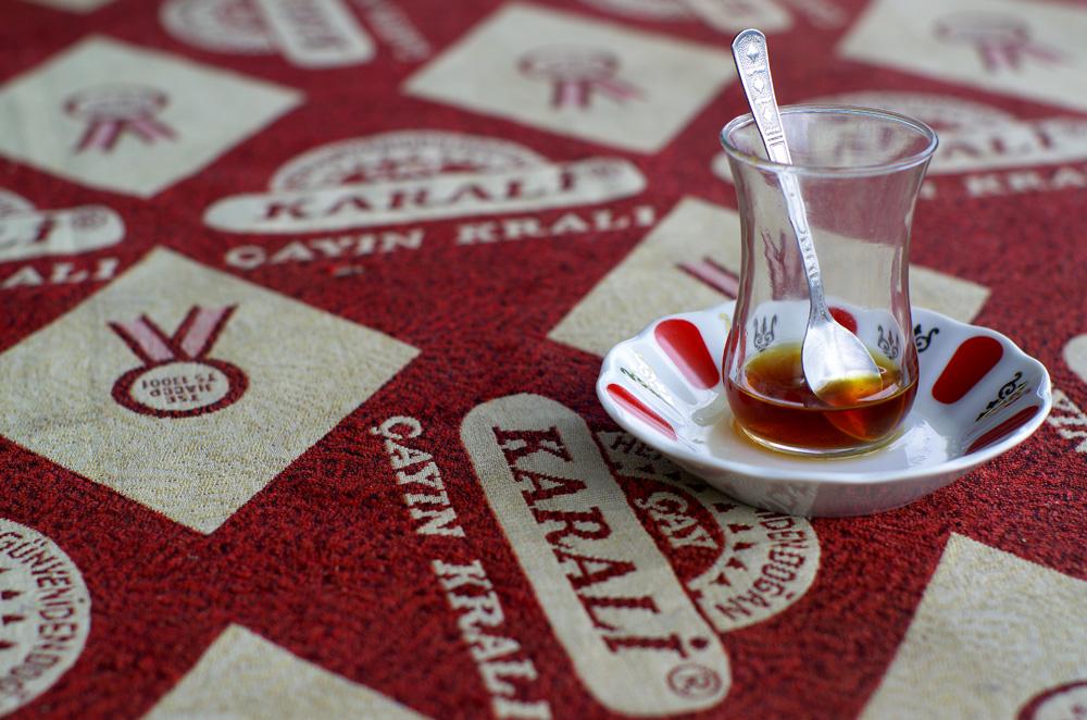 """Le """"çay"""" (thé), servi dans ces verres en tulipe, est la vraie religion des turcs. Véritable prétexte pour nouer des liens sociaux, il n'est pas arrivé un jour sans que l'on se fasse invité à le boire avec des locaux. Pire, nous avons même pris l'habitude d'en commander nous-même ! A l'inverse de beaucoup de pays qui importent le thé d'Asie, la Turquie produit son propre thé sur les hauteurs de la côte de la mer noire. Elle représente même 6% de la production mondiale de thé."""