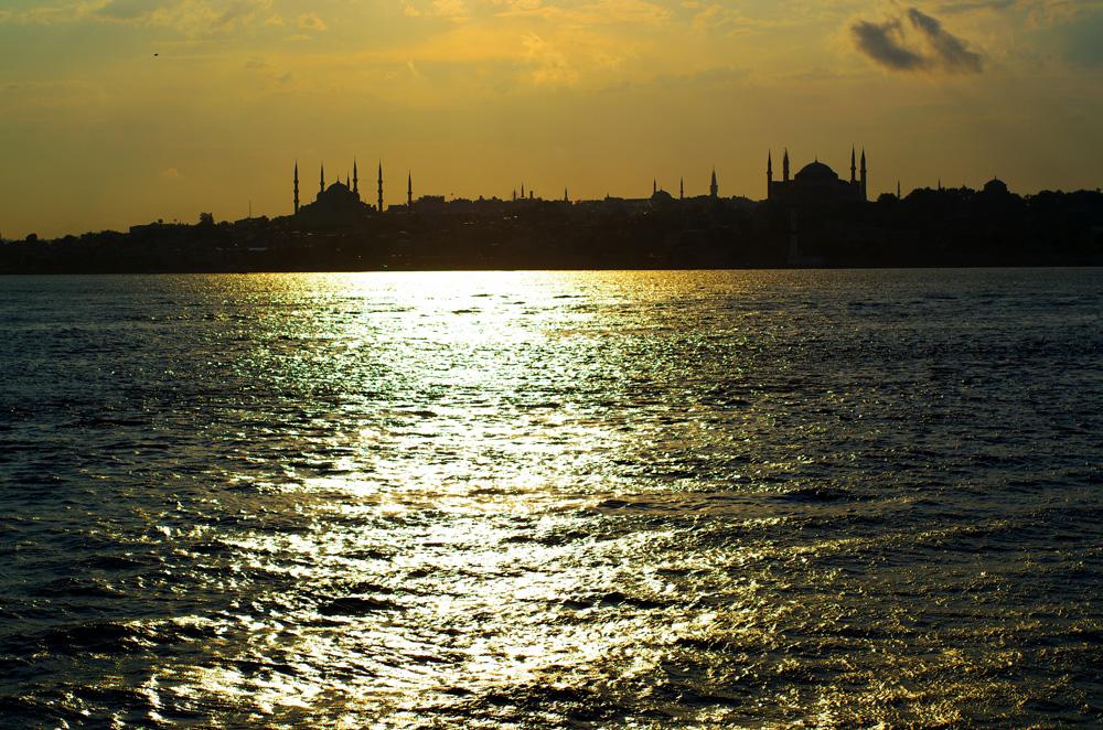 Le 6 juillet nous arrivons à Istanbul dans une euphorie que nous connaissons bien. Celle que nous vivons à chaque fois que nous rentrons dans le trafic anarchique, bruyant et dense de ces villes mythiques : Buenos Aires, La Paz, Bangkok… Nous roulons sur l'équivalent du périphérique parisien avec le stress mêlé à l'excitation qui éveille tous nos sens. C'est un combat contre la furie des automobilistes où nous n'avons pas le choix que d'esquiver les coups. La moindre erreur peut nous être fatale et nous le savons.
