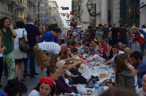 Rupture du jeûne du Ramadan dans la rue Istiklal qui mène à Taksim