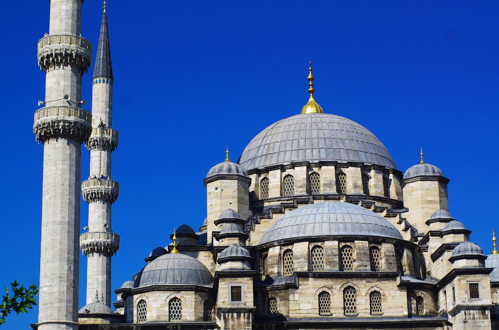 La mosquée bleue à Istanbul, comme tous les autres monuments et lieux de culte anciens, nous rappellent à quel point cette ville est chargée d'histoire. Elle est ainsi nommée pour les mosaïques bleues qui ornent les murs de son intérieur. Elle est le point de départ des caravanes de pèlerins musulmans vers La Mecque et reçoit le privilège islamique de présenter six minarets.