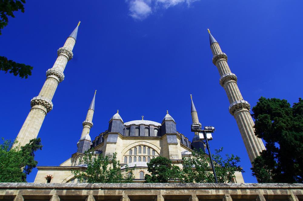 Nous quittons le monde de l'Islam à Edirne, à 10 km de la frontière bulgare. Cette magnifique mosquée marque la fin d'une longue étape depuis le Kazakhstan où presque tous les pays que nous avons traversé étaient à dominance musulmane. Nous entrons définitivement dans l'Europe et son changement culturel.