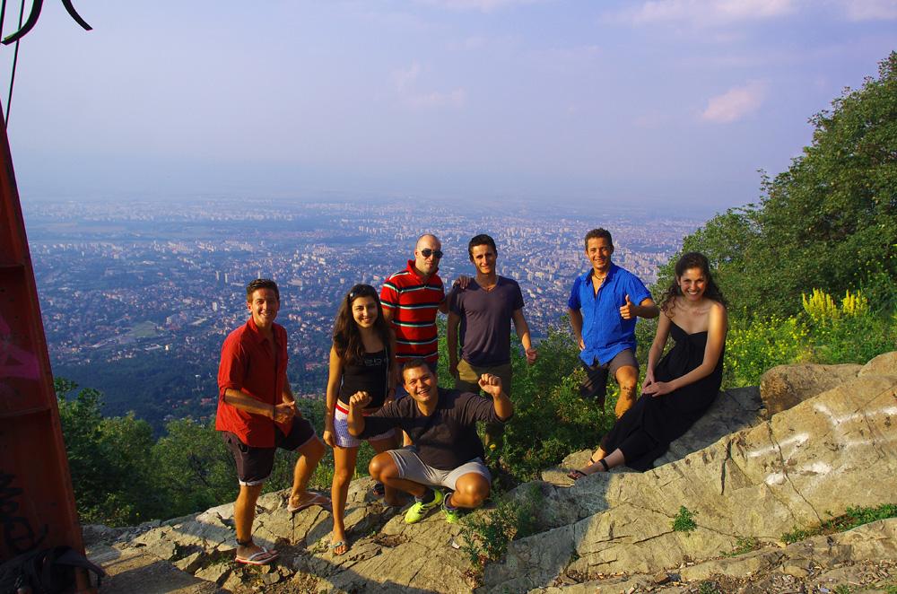 Anatoli, Sveti, Diliana et Martin nous emmènent vadrouiller dans cette ville vibrante. Nous partons en voiture sur les hauteurs de la ville pour une vue plongeante sur Sofia, la capitale bulgare. Comment avons-nous atterri ici ? Martin nous a trouvé sur Internet et nous l'avons inspiré à tenter son propre tour du monde à vélo.. en savoir plus ici : http://solidream.net/un-ete-en-europe-a-travers-les-balkans/